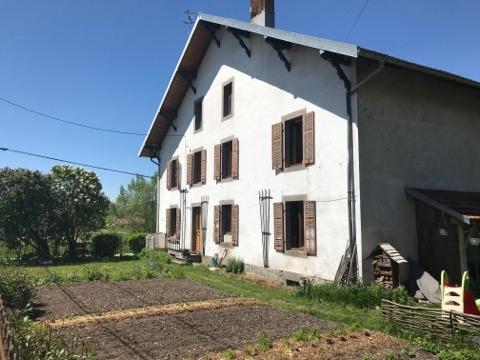 Gedeeltelijk gerenoveerde boerderij vlakbij dorpje