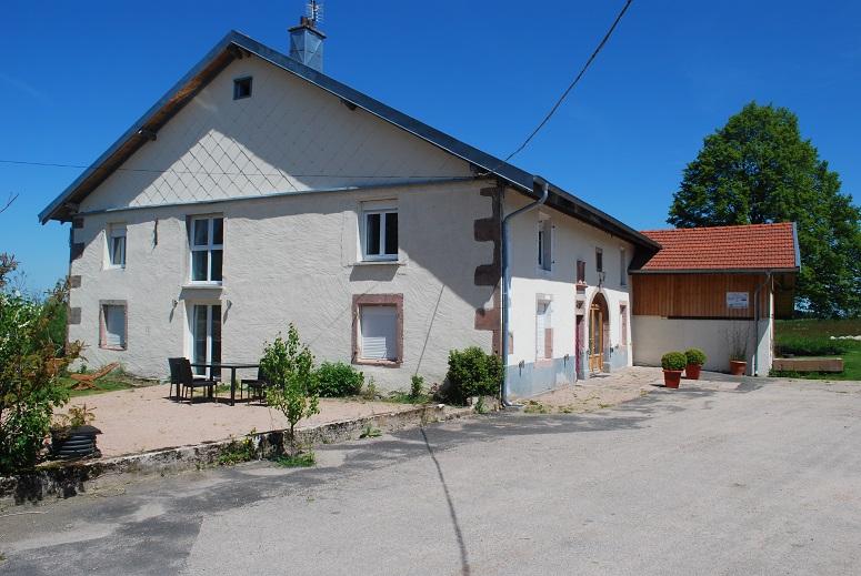 Prachtige recent gerenoveerde landelijk gelegen boerderij met gîtes en appartement op eigen terrein van 1,2 hectare met eigen meer.