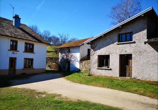 Oude woonboerderij met groot eigen terrein